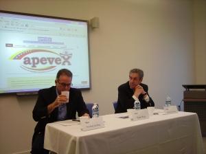 El analista político Esteban Gerbasi y el presidente del Interamerican Institute en el foro