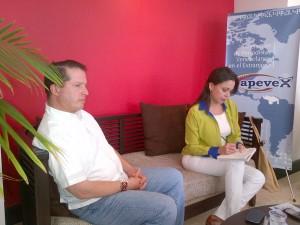 El senador colombiano Juan Mario Laserna acompañó a María C. Machado a la reunión con APEVEX